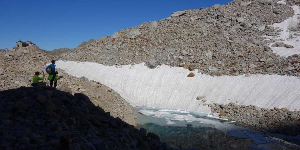 Hinter dem Rifugio F. Marchesini al Pagarì liegt ein kleiner See unter der Nordwand der Cima Maledìa. Foto: Joachim Chwaszcza