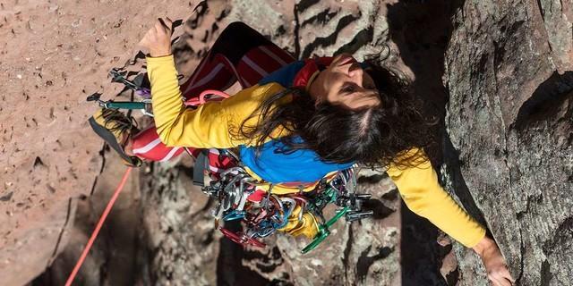 Wendig! Melanie Ziegelmeier braucht in der Backelsteinverschneidung Techniken, die die Kletterhalle selten hervorbringt. Foto: Christian Pfanzelt
