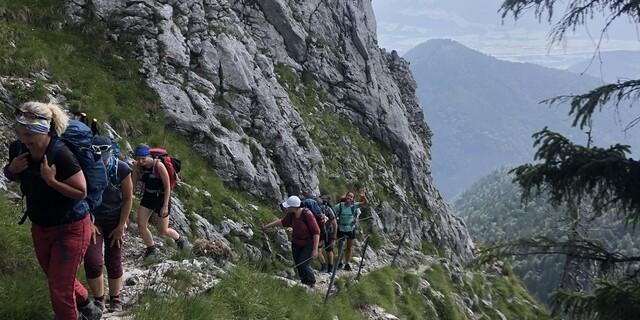 Nach der Entspannung folgte der Aufstieg zum Brünnstein-Gipfel mit wunderschönen Ausblicken und teils spannenden Wegen. Foto: DAV / Roder.
