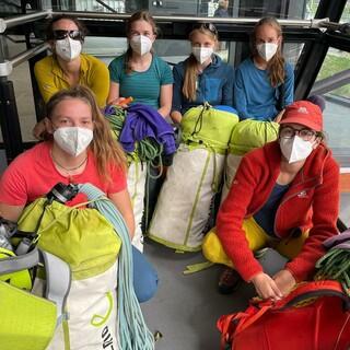 Das Team in der Bahn - mit sehr viel Equipment. Foto: DAV/Expedkader