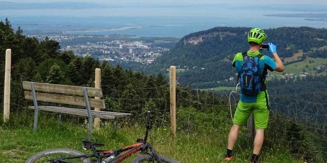 Während des Anstiegs auf der ersten Etappe von Bregenz aus dem Rheintal in den Bregenzerwald. Blick zuirück auf den Bodensee und die Rheinmündung.
