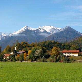 Blick auf das malerische Bergsteigerdorf Schleching. Foto: Touristik-Information Schleching