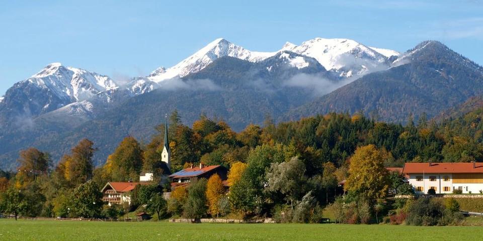 Das Bergsteigerdorf Schleching mit Geigelstein. Foto: Touristik-Information Schleching