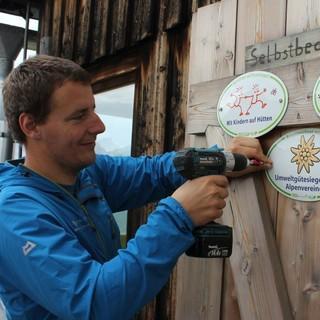 Tölzer Hütte Max Nichtl schraubt das neue Siegel an Foto DAV