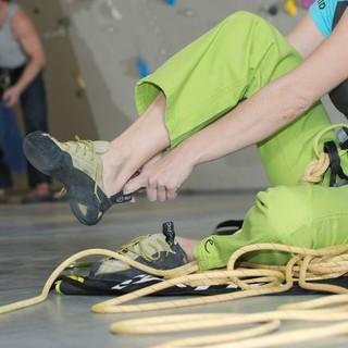 Beim Anziehen der Kletterschuhe, Foto: DAV/Thilo Brunner