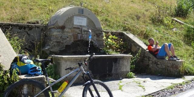 Tag 12: Kurzer Stop am Brunnen bei der Auffahrt Richtung Santuario di Sant'Anna di Vinadio.