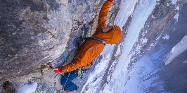 Wenn der Fels zwischen dem Eis zu plattig wird müssen auch mal die Handschuhe weg. Foto: DAV / Silvan Metz