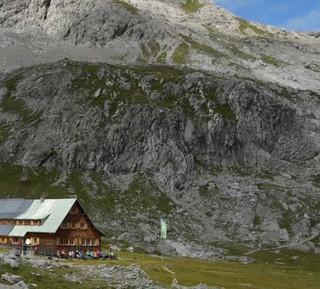 Heim in der Wildnis: Kaum Wasser hat die Göppinger Hütte in der Karstwildnis – aber jede Menge schöne Wanderziele. Foto: Stefan Herbke