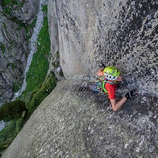 Florian arbeitet sich feine Haarrisse hinauf. Foto: DAV / Silvan Metz
