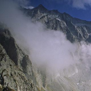 Passo di Gallinera - 1. Etappe: Das Bivacco Valerio Festa am Passo di Gallinera. Nach einem kurzen Abstieg ist das Ziel erreicht, das Rifugio O.Sandri al Aviolo. Im Hintergrund die Nordwände des Baitonestockes.