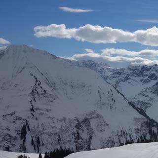 Falzer Kopf - Der Falzer Kopf liegt schon nahe der Grenze zum Allgäu; im Süden die Berge des Großen Walsertals.