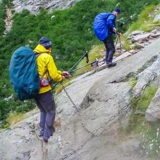 Vorsicht ist geboten bei Passagen über nassen Fels. Schwierige Stellen sind mit Ketten gesichert wie hier beim Aufstieg zum Lac de Melo.
