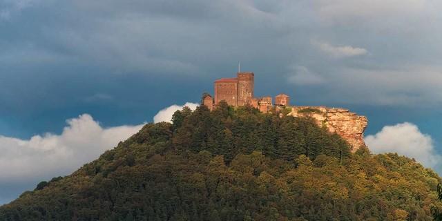 Willkommen in der Pfalz! Burg Trifels beherbergte einst die Reichskrone, uns interessiert eher Felsiges. Foto: Christian Pfanzelt