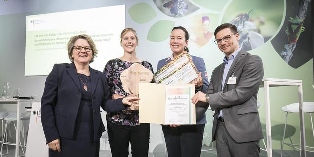Bei der Preisverleihung für A.L.M., v.l.n.r.: Svenja Schulze, Anna Heinisch, Stephanie von Waldstein, Dr. Olaf Tabor, Copyright: BMU/Florian Gaertner