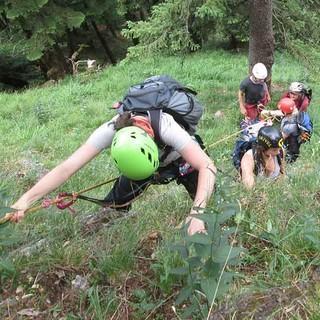 Gruppe unterwegs im steilen Grasgelände. Foto: JDAV / Anton Gietl