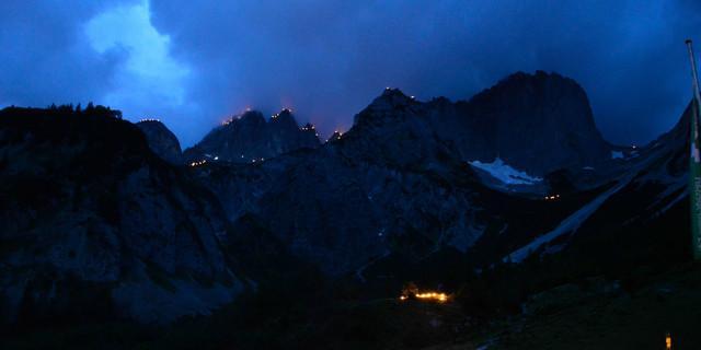 Blick von der Gaudeamushütte auf die umliegenden Sonnwendfeuer. Foto: DAV Main-Spessart/ M. Rueb