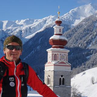 Bergführer Mario Lugger vor der Basilika des Klosters von Maria Luggau. Foto: Ute Watzl