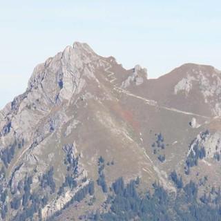 Vom Neunerköpfle oberhalb des Tannheimer Tales hat man die Südseite des Aggenstein mit der Bad Kissinger Hütte (am Fuß der rechten Felswand gelegen) im Blick. Foto: Gaby Funk