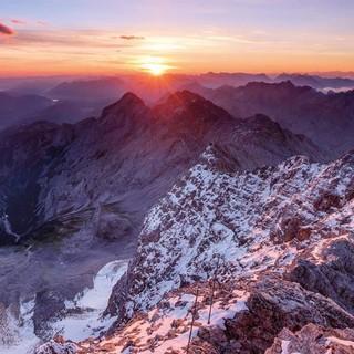 Juli: Blick von der Zugspitze ins Höllental, Foto: Andreas Strauss