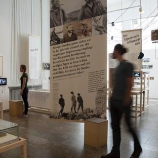 """Führung durch die Ausstellung """"Die Berge und wir"""". Foto: Bettina Warnecke, 2019"""