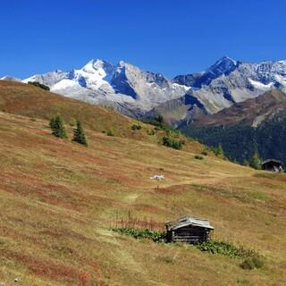 Die Berghänge im Obernbergtal präsentieren sich derzeit herbstlich bunt. Foto: DAV Pröttel