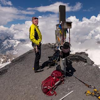 Auf dem höchsten Spitz vom Glarner Land – doch auch der Abstieg vom Tödi ist noch Arbeit. Foto: Ralf Gantzhorn
