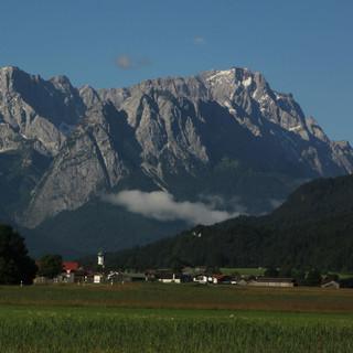 Auch die Nordseite des Wetterstein wird zunehmend schneefrei. Foto M. Pröttel