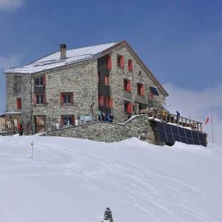 Ein Heim für Bergsteiger: Die Cabane des Dix bietet reichlich Skitourenziele. Foto: Stefan Herbke