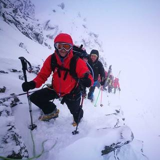 Skibergsteiger*innen beim Aufstieg im felsigen Gelände. Foto: JDAV / Solveig Michelsen
