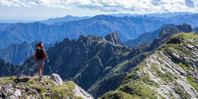 Beim Abstieg am Westgrat der Cima della Laurasca heißt es achtgeben, Aussicht später genießen. Foto: Stefan Neuhauser