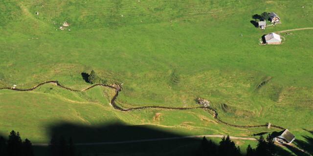 Tiefblick vom Geologenweg zwischen Staubern und Saxerlücke auf das malerische Almgebiet beim Sämtisersee. Foto: Silvia Schmid