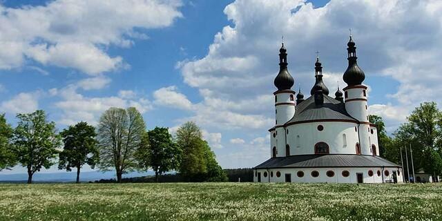 Die Dreifaltigkeitskirche Kappl steht zwischen dem Glasberg und dem Dietzenberg in der Oberpfalz - der fränkische Gebirgsweg verlässt Franken auf der sechsten Etappe. Foto: Christof Herrmann