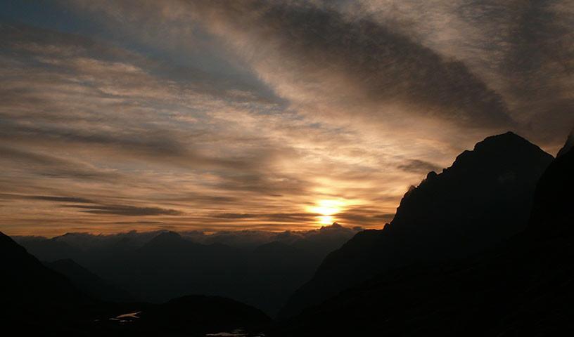 An der Nossberger Hütte - Eine spektakuläre Morgendämmerung an der Nossberger Hütte eröffnet die Schlüssel-Etappe.