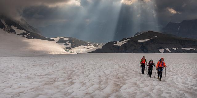 Geradezu gespenstisch greifen die Lichtfinger durch die Wolkendecke; am Claridenfirn. Foto: Ralf Gantzhorn
