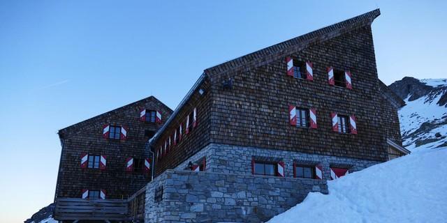 Skirunde Großvenediger: Schattiger Aufbruch von der Kürsinger Hütte. Foto: Stefan Herbke