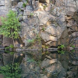 Am Wandfuß der Steinbrüche haben sich oft tiefgründige Seen gebildet. Foto: DAV/Ingo Röger