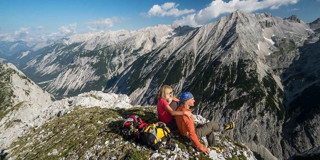 Der Sunntiger bietet einen eindrucksvollen Blick auf die wilden Gipfel der Vomper Kette. Foto: Heinz Zak