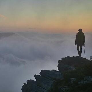 Über dem Nebelmeer: Wie bei Caspar David Friederich fühlt sich die Wanderin. Foto: Stefan Neuhauser