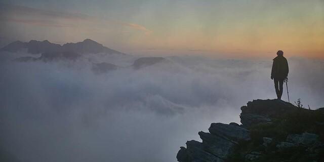 Über dem Nebelmeer: Wie bei Caspar David Friedrich fühlt sich die Wanderin. Foto: Stefan Neuhauser
