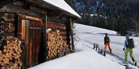 Mit den Skiern geht es an der Schneckenalm vorbei Richtung Gsuchmauer. Foto: Stefan Herbke