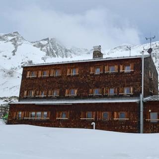 Skirunde Großvenediger: Der Gebäudekomplex der Essener-Rostocker-Hütte. Foto: Stefan Herbke