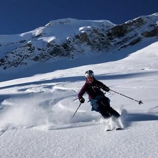 Kälteresistente Skitouristen profitieren von Pulver auch in Sonnenhängen; Rappenspitze. Foto: Luis Stitzinger, Alix von Melle