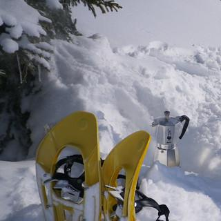 Mit frisch geschmolzenem Schnee schmeckt der Mokka noch besser – Rast am Wiesler Berg. Foto: Thomas Krobbach