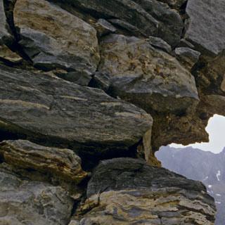 Kriegsruinen - 8. Etappe: Die eindrucksvollsten Kriegsruinen stehen zwischen dem Ostkamm des Monte Listino und der Malga Blumone. In den Fels gesprengte Kavernen, Stacheldraht und altes Mauerwerk waren einst ein großes italienisches Feldlazarett.
