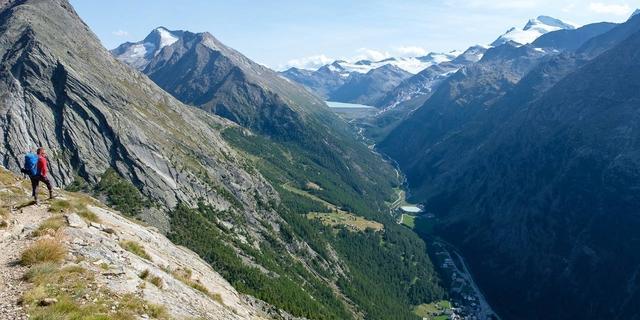Der Höhenweg von Gspon über Kreuzboden und die Almageller Alp führt mit eindrucksvollen Ausblicken nach Saas Almagel zurück. Foto: Iris Kürschner