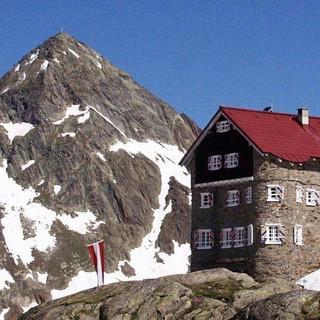 Wie ein kleines Schloss: Siegerlandhütte in den Stubaier Alpen, Foto: Dieter Schäfers