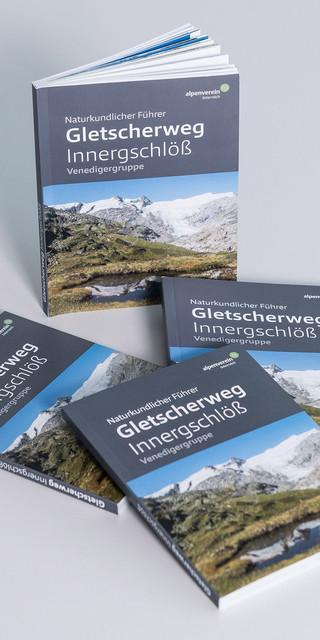 """Der neue """"Naturkundliche Führer Gletscherweg Innergschlöß"""" des Alpenvereins. Foto: ÖAV/Norbert Freudenthaler"""