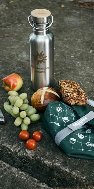 Eine gesunde Brotzeit für den Berg mit frischem Obst und Gemüse, knuspriger Stulle und ausreichend Flüssigkeit versorgt Bergsportlerinnen und Bergsportler mit der nötigen Energie. Foto: DAV/Bernhard Schinn