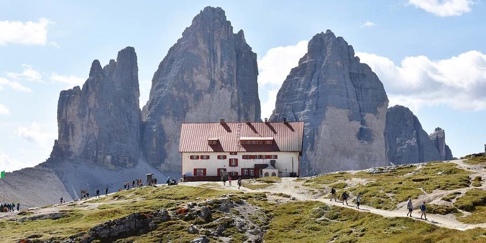 """Der Name ist """"Programm"""": die Dreizinnenhütte. Foto: Thorsten Brönner"""