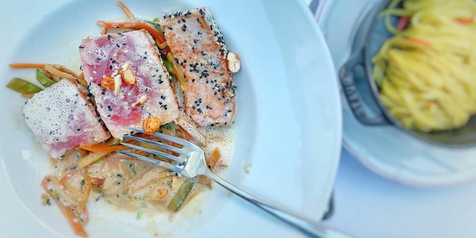 Ob Besenwirtschaft oder Restaurant – entlang dem Weinradweg stimmt auch die Kulinarik. Foto: Joachim Chwasczca